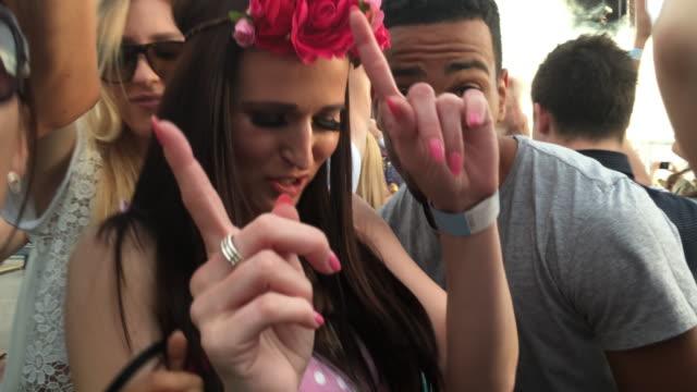 stockvideo's en b-roll-footage met smartphone video van een jong koppel dansen tijdens een concert - 30 39 jaar