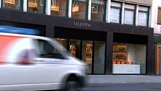 vídeos de stock, filmes e b-roll de smash and grab raid on designer store ext various views of valentino store with designer handbags on displayed in widow street sign sloane street... - widow