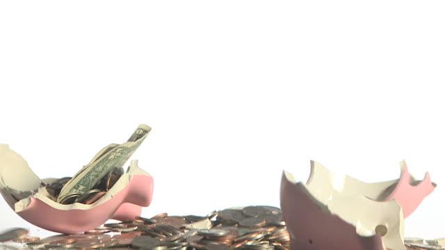 vidéos et rushes de smashing a piggy bank with a hammer - tirelire