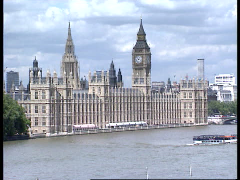 stockvideo's en b-roll-footage met smear campaign westminster gv houses of parliament seen across river cr2601 20690/itn tx 2292/1300pm rushes... - tim sebastian