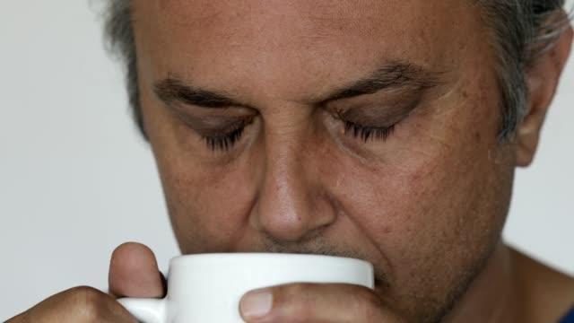 stockvideo's en b-roll-footage met ruikende koffie in kop - menselijke neus