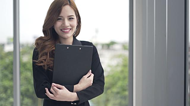 彼女が幸せを感じて笑顔ビジネスの女性と思う成功新しいアイデア プロジェクト デザイン - インストラクター点の映像素材/bロール