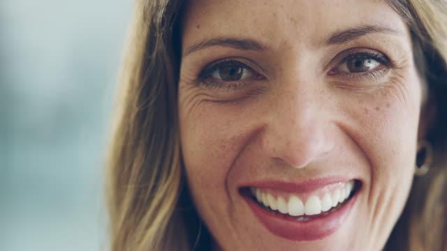 a smile creates instant confidence - viso naturale video stock e b–roll