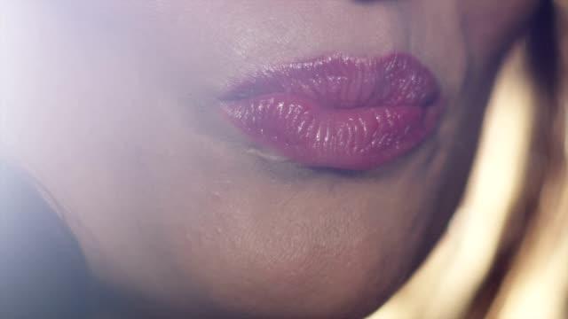 vídeos de stock, filmes e b-roll de smile & purse - batom rosa