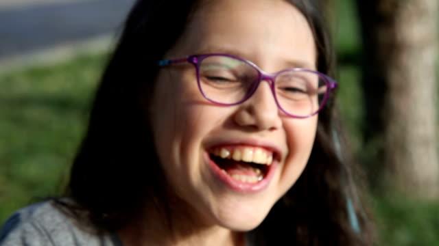 vidéos et rushes de smiley, fillette heureuse - goûter