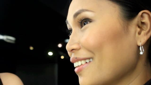 lächelnd asiatische mädchen - ohrring stock-videos und b-roll-filmmaterial