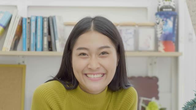 vidéos et rushes de fille asiatique souriant  - peuples d'asie et du sous continent indien