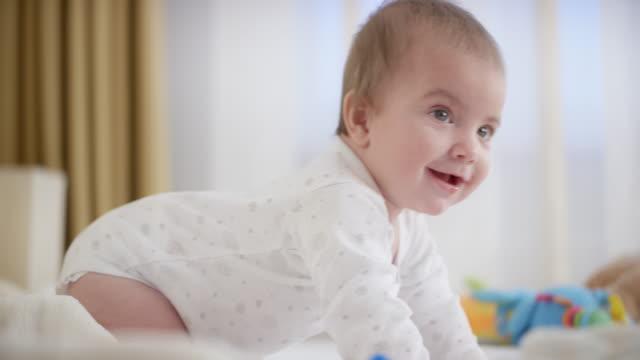 smiling baby boy auf allen vier - ein männliches baby allein stock-videos und b-roll-filmmaterial