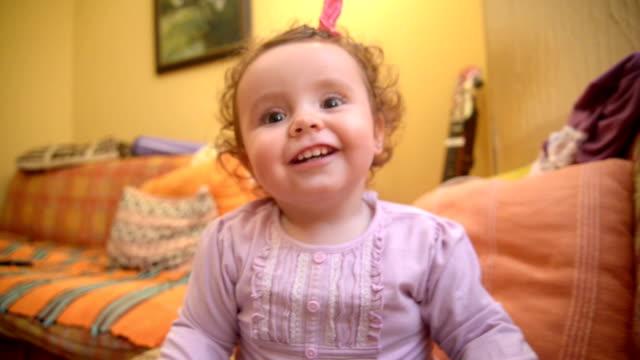 """vídeos de stock, filmes e b-roll de sorrindo bebê. close-up. """"pov"""" - braço humano"""