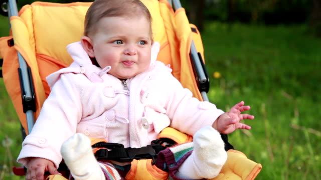カメラを見て微笑の赤ちゃん女の子
