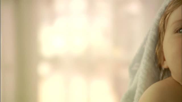 vídeos de stock e filmes b-roll de cu, pan, smiling baby girl (6-9 months) with blanket on head - 6 11 meses