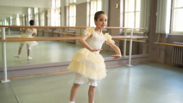 vídeos de stock e filmes b-roll de smiling  ballerina practicing at ballet studio - body de ginástica