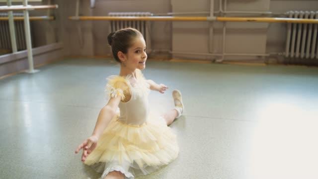 バレエスタジオでの練習を笑うバレリーナ - バレエ練習用バー点の映像素材/bロール