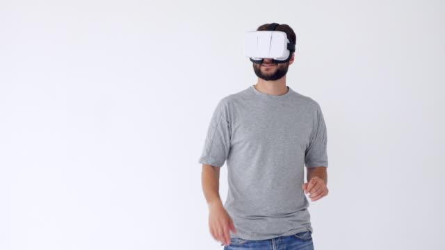 lächelnd bärtigen mann mit vr-brille objekte auswählen - schutzbrille stock-videos und b-roll-filmmaterial