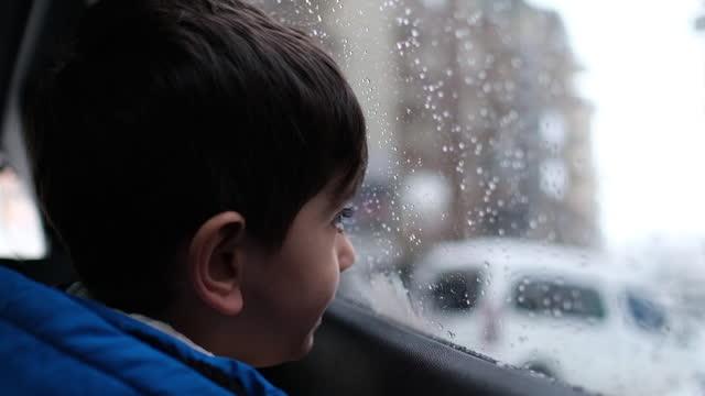 冬のロードトリップで笑顔の少年 - ウィンターコート点の映像素材/bロール
