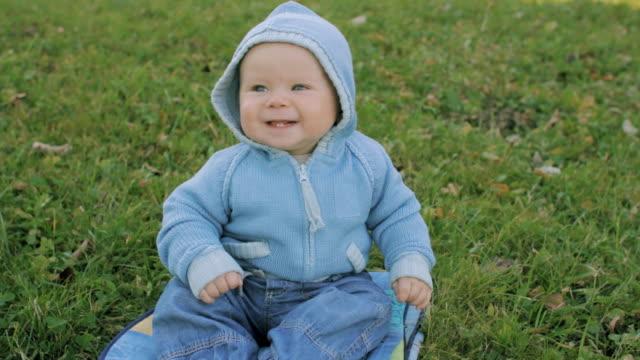 ragazzo sorridente all'aperto in autunno - cappuccio video stock e b–roll
