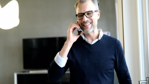 leende affärsman diskuterar på mobiltelefon - 50 54 år bildbanksvideor och videomaterial från bakom kulisserna
