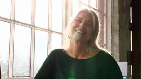 vídeos y material grabado en eventos de stock de ms smiling businesswoman in discussion with colleague in design office - 40 44 años