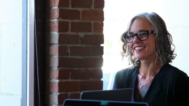 vídeos y material grabado en eventos de stock de ms smiling businesswoman meeting with colleagues in office conference room - una sola mujer madura