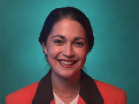 vídeos de stock e filmes b-roll de smiling businesswoman - trabalhadora de colarinho branco