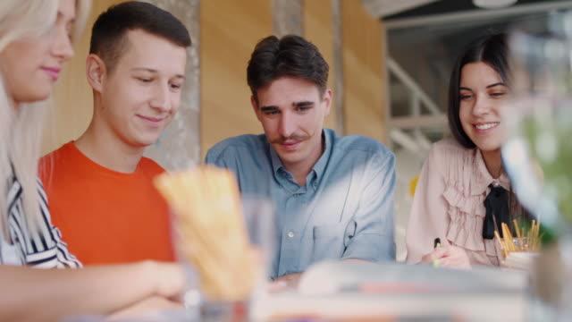 vidéos et rushes de collègues souriants remue-méninges nouvelles idées - collègue