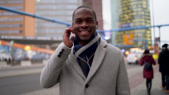 vídeos de stock, filmes e b-roll de sorriso confiante de jovem empresário - neckwear