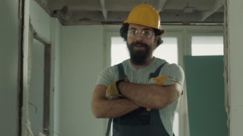 vídeos y material grabado en eventos de stock de trabajador sonriente de la construcción - típico de la clase trabajadora
