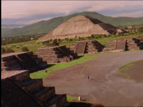 slo mo ha ws cu smiling couple climbing at teotihuacan temple / mexico - aztekisch stock-videos und b-roll-filmmaterial