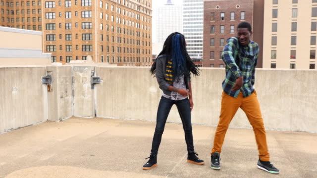 vídeos de stock, filmes e b-roll de ms zo smiling couple dancing together on rooftop - desempenho atlético