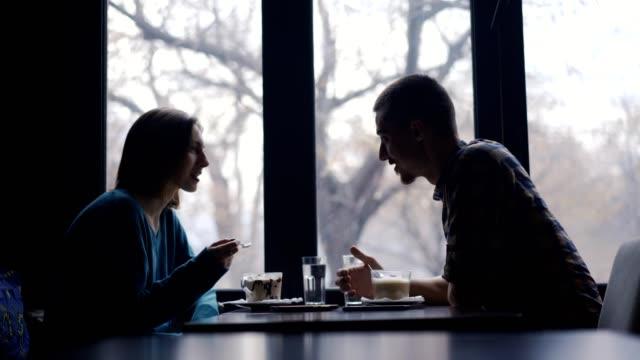 カフェで笑顔のカップル - お食事デート点の映像素材/bロール
