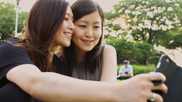 selfies 外側を取って笑顔のカップル - キス点の映像素材/bロール