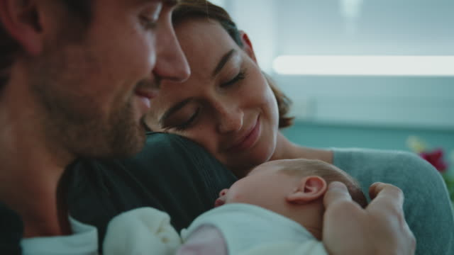vídeos de stock e filmes b-roll de smiling couple with newborn baby in hospital - emotion