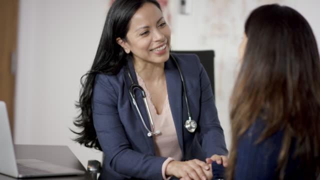 en leende läkare - kvinnlig läkare bildbanksvideor och videomaterial från bakom kulisserna