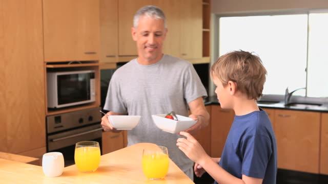 vídeos de stock, filmes e b-roll de smiling father holding bowls - faqueiro