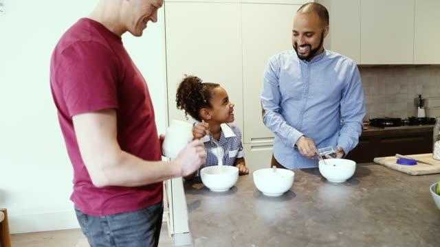 vídeos y material grabado en eventos de stock de smiling fathers and daughter preparing breakfast in kitchen - bolsa reutilizable