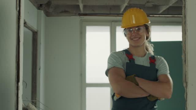 lächelnde bauarbeiterin - weibliche person stock-videos und b-roll-filmmaterial