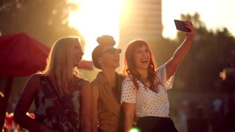 lächelnd freunde ein selfie aufnehmen - erwachsene person stock-videos und b-roll-filmmaterial