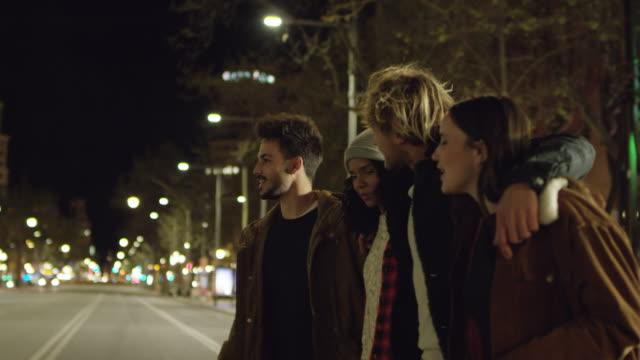 vídeos y material grabado en eventos de stock de amigos sonriendo, hablando mientras camina en la calle - ocio