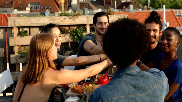 Lächelnden Freunde Toasten Getränke auf dem Dach
