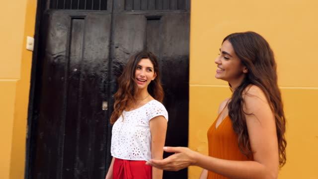 vídeos y material grabado en eventos de stock de ts smiling friends walking through colorful town while shopping during vacation - mérida méxico