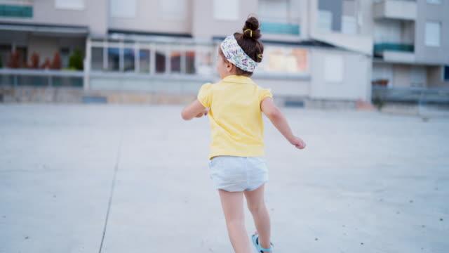vídeos y material grabado en eventos de stock de sonriente niño gracioso corriendo fuera de - hermana
