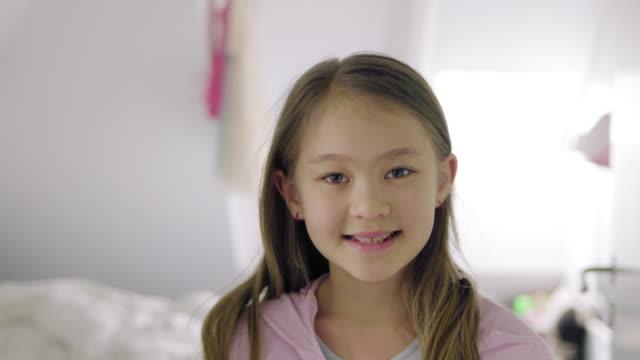 smiling girl - endast flickor bildbanksvideor och videomaterial från bakom kulisserna