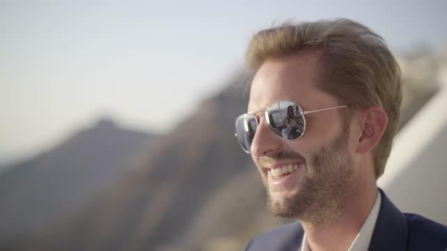 smiling handsome man with sunglasses face - mellan 30 och 40 bildbanksvideor och videomaterial från bakom kulisserna