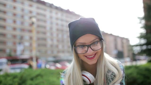 Souriant blonde hipster dans le parc