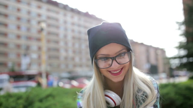 Lachende hipster blonde in het park