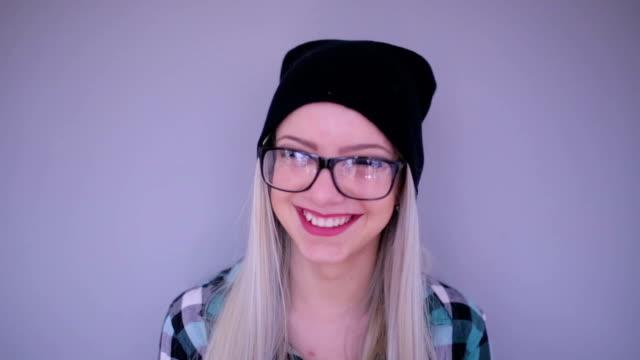 hipster rubia Sonriendo; Foto de estudio