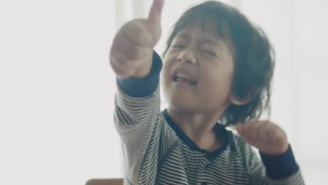 vídeos y material grabado en eventos de stock de niño sonriente comer cerca - 2 3 años