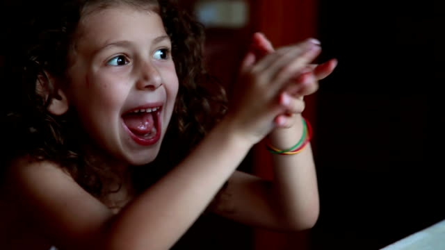 vídeos de stock e filmes b-roll de smiling little girl clapping hands - aplaudir