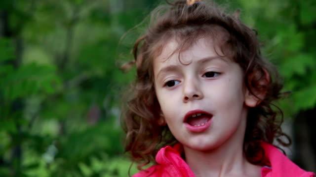 leende liten flicka skakar huvud - rynka ihop ansiktet bildbanksvideor och videomaterial från bakom kulisserna