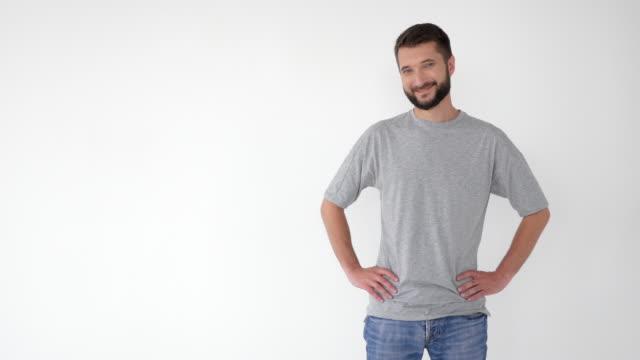 vídeos de stock, filmes e b-roll de homem mostrando à direita, anunciando algum produto a sorrir - copy space